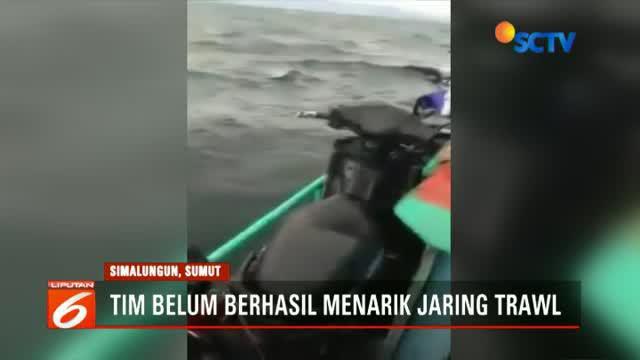 Penarikan jaring dilakukan oleh Tim SAR gabungan Basarnas, TNI-Polri dibantu relawan dan Satpol PP Simalungun.