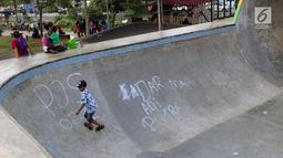Coretan mengotori area Skate Park RPTRA Kalijodo, Jakarta, Sabtu (15/6/2019). Beberapa coretan dari orang yang tidak bertanggung jawab mulai mengotori salah satu arena bermain di RPTRA Kalijodo. (Liputan6.com/Helmi Fithriansyah)