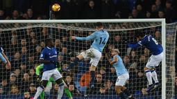 Proses terjadinya gol pertama Man City dicetak Aymeric Laporte pada laga lanjutan Premier League yang berlangsung di stadion Goodison Park, Liverpool, Kamis (7/2). Manchester City menang 2-0 atas Everton. (AFP/Paul Ellis)