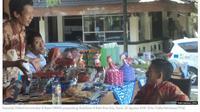 Penyandang disabilitas memasarkan produknya dalam bazar UMKM komunitas difabel di Solo, Jawa Tengah. (VOA Indonesia)
