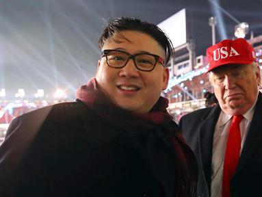 Dua pria berpakaian seperti pemimpin Korea Utara Kim Jong Un (kiri) dan Presiden AS, Donald Trump berpose bersama saat menghadiri upacara pembukaan Olimpiade Pyeongchang 2018 di Pyeongchang, Korea Selatan (9/2). (Jo Hyun-woo / Yonhap via AP)