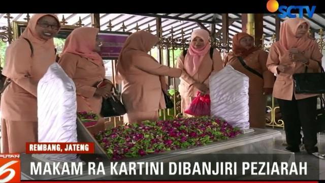 Melonjaknya para peziarah di makam yang terletak di Desa Bulu, Kabupaten Rembang ini seiring jatuhnya peringatan Hari Kartini yang ke 139.