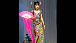 Para model terlihat berjalan anggun membawakan kebaya yang dibuat layaknya gaun cheongsam yang berpotongan lurus dan ramping, Jakarta, (3/9/14). (Liputan6.com/Panji Diksana)