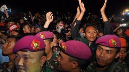 Ribuan fans Iwan Fals serta para prajurit TNI larut dengan dendang balada sang idola di Mabes TNI Cilangkap, Jakarta, (12/10/14). (Liputan6.com/Miftahul Hayat)