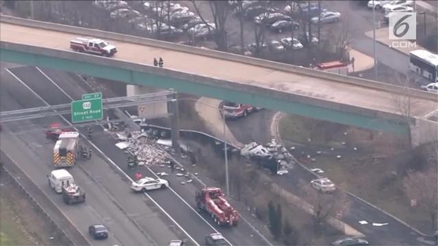 Truk kontainer hancur usai terjatuh dari jembatan layang di Bensalem, Pennsylvania, Amerika Serikat.