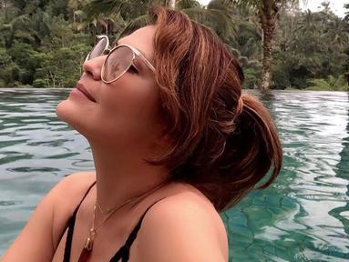 Di dalam postingan instagramnya, Tamara memakai pakaian renang hitam yang memperlihatkan belahan dadanya. (Liputan6.com/IG/@tamarableszynskiofficial)