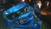 Kondisi Sigra ringsek ditabrak kereta di Bekasi. (Istimewa)