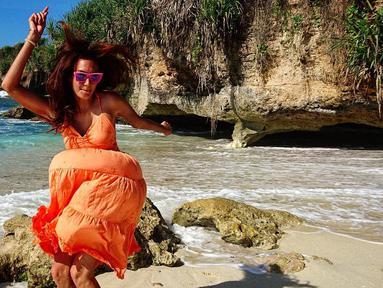 Nadine Chandrawinata merupakan salah satu artis Indonesia yang gemar dengan traveling. Tak hanya senang naik gunung, ia juga gemar pergi ke pantai. (Foto: instagram.com/nadinelist)