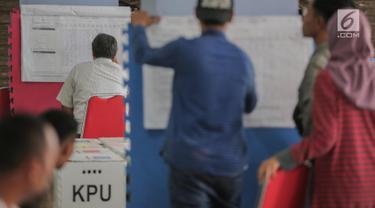 Petugas Panitia Pemilihan Kecamatan (PPK) mencatat hasil perolehan suara Pemilu 2019 pada tingkat kecamatan di Gelanggang Remaja Kelapa Gading, Jakarta, Senin (22/4). PPK mulai melakukan rekapitulasi surat suara dari seluruh TPS di tiap kelurahan di daerah tersebut. (Liputan6.com/Faizal Fanani)