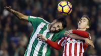 Gelandang Real Betis, Dani Ceballos, duel udara dengan penyerang Athletic Bilbao, Iker Muniain, pada laga La Liga di Stadion Benito Villamarin, Seville, Minggu (11/12/2016). (EPA/Julio Munoz)