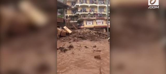 Hujan deras yang melanda beberapa negara bagian India menyebabkan banjir bandang dan tanah longsor. Ratusan penduduk dilaporkan tewas karena insiden ini.
