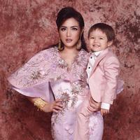 Bagi semua orangtua di dunia ini, anak adalah segalanya. Hal itu juga yang dilakukan oleh Jessica Iskandar pada anaknya, El Barack Alexander. (Foto: instagram.com/inijedar)