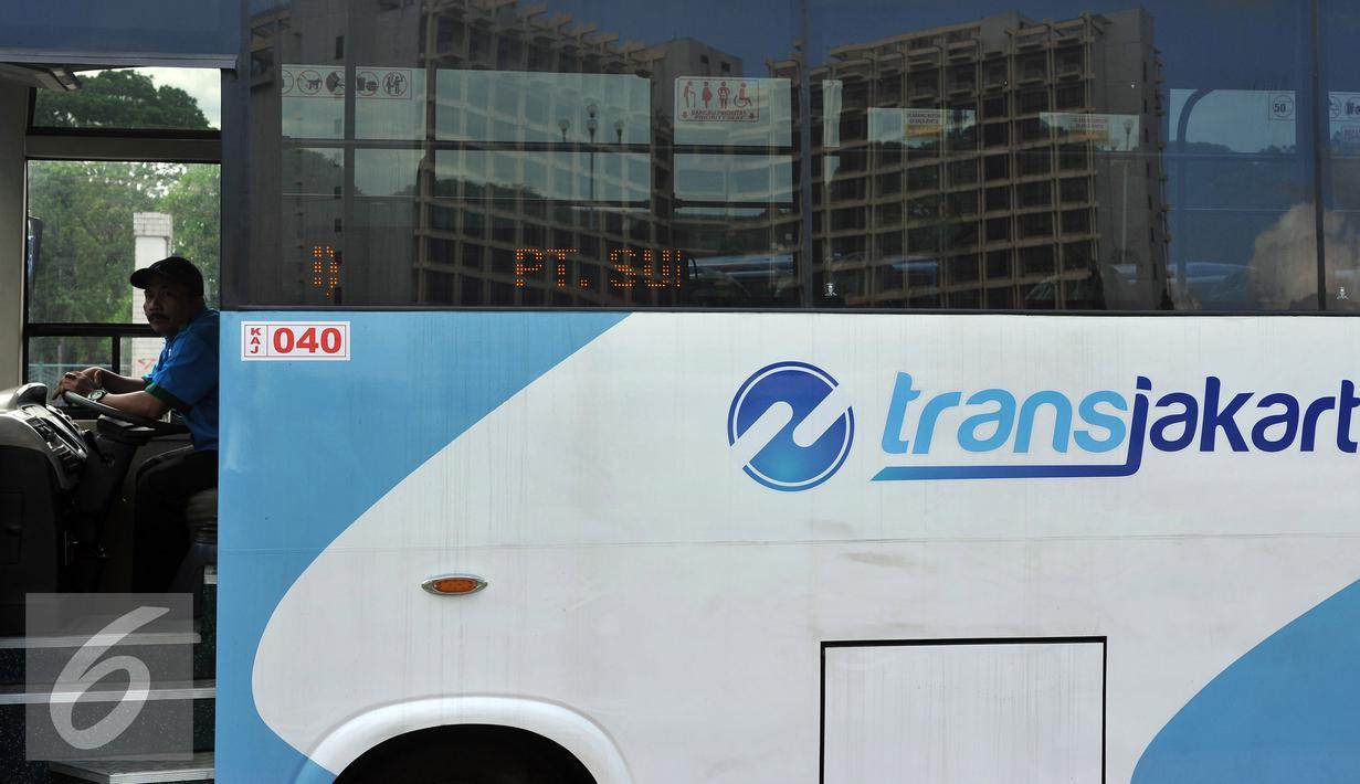 Supir Kopaja terintegrasi Transjakarta terparkir di Parkir Timur Senayan, Jakarta, Selasa (22/12). Saat ini terdapat 320 bus tampilan baru Kopaja AC yang akan beroperasi di rute-rute yang terintegrasi.  (Liputan6.com/Johan Tallo)