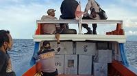 Polisi mengawal pergeseran surat suara Pilkada dari daerah Sulut kepulauan.