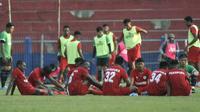 Pemain Persipura saat jeda dalam uji.coba melawan Persik. Nasib wakil Indonesia di Piala AFC ini terkatung-katung jadwal yang belum jelas. (Bola.com/Gatot Susetyo)