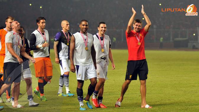 Kapten Liverpool Steven Gerrard memimpin rekan-rekannya melakukan selebrasi seusai laga melawan Indonesia XI ke Stadion GBK (Liputan6.com/Helmi Fithriansyah)