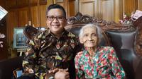 Sekjen PDIP Hasto Kristiyanto dan ibunda Yohana Sutarmi. (Dok PDIP)