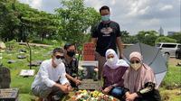 Potret Rekan Seleb Tanah Air Ziarah ke Makam Rina Gunawan. (Sumber: Kapanlagi.com)