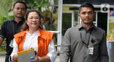 Asisten mantan Komisioner KPU Wahyu Setiawan, Agustiani Tio Fridelia (kiri) saat akan menjalani pemeriksaan penyidik di Gedung KPK, Jakarta, Senin (27/1/2020). Fridelia diperiksa terkait kasus dugaan penerimaan hadiah atau janji penetapan anggota DPR Terpilih 2019-2024. (merdeka.com/Dwi Narwoko)