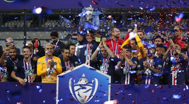 Kapten Paris Saint-Germain Thiago Silva (tengah) dan rekan-rekan setimnya mengangkat trofi Piala Prancis usai mengalahkan Saint-Etienne pada pertandingan final di Stade de France, Saint Denis, Paris, Prancis, Jumat (24/7/2020). PSG menang 1-0. (AP Photo/Francois Mori)