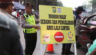 Polisi dan Dishub mengatur lalu lintas di Senayan, Jakarta, Minggu (2/9). Untuk meminimalisasi kemacetan jelang penutupan Asian Games 2018, rekayasa lalu lintas dilakukan di sejumlah ruas jalan dari dan menuji Senayan. (Liputan6.com/Immanuel Antonius)
