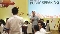 Bayu Sutiyono sedang menyampaikan materi tentang effective oral communications