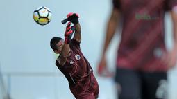 Aksi Bambang Pamungkas menghalau bola saat menjadi kiper di Lapangan ABC, Senayan, Jakarta (09/04/2018). Persija akan melawan JDT pada PIala AFC 2018. (Bola.com/Nick Hanoatubun)