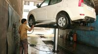 Agar tetap kinclong bagian kolong mobil selalu dibersihkan. (schumakindia)