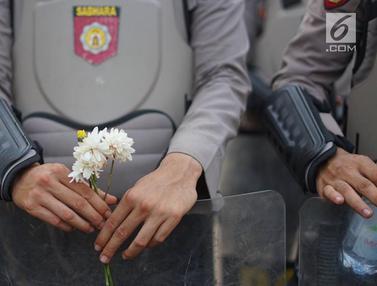 Mahasiswa Bagikan Bunga untuk Polisi