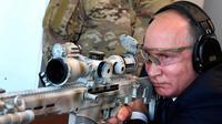 Presiden Rusia, Vladimir Putin menguji coba senapan sniper saat mengunjungi pameran Kalashnikov Concern di Patriot Park, luar Moskow, Rabu (19/9). Tembakan Putin menghantam target yang jaraknya 600 meter. (Alexei Nikolsky, Sputnik, Kremlin Pool via AP)