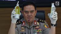 Kadiv Humas Polri Irjen Pol M. Iqbal memperlihatkan barang bukti terkait penangkapan terduga teroris di Jakarta, Jumat (17/5/2019). Irjen Iqbal mengatakan dari 29 yang diamankan pada bulan Mei, sebanyak 18 terduga teroris mempunyai tujuan beraksi pada 22 Mei mendatang. (Liputan6.com/Johan Tallo)