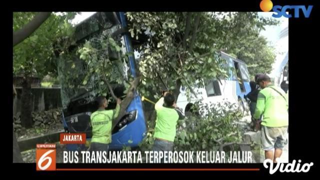 Bus Transjakarta koridor 9A Grogol-PGC alami tabrak pembatas jalan dan merobohkan pohon di Jalan S Parman.