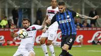 Duel pemain Inter Milan, Mauro Icardi (kanan) dan pemain Cagliari, Vasco Oliveira pada lanjutan Serie A di San Siro stadium, Milan, (17/4/2018). Inter menang 4-0. (AP/Antonio Calanni)