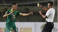 Rizky Ridho - Pemain Jebolan klub internal El Faza ini sebelumnya lebih sering bermain untuk timnas U-19 dan Persebaya U-20 pada ajang Elite Pro Academy Liga 1 U-20. Mantan kapten Garuda Muda ini merupakan bek masa depan Bajul Ijo dan Timnas Indonesia. (Bola.com/M Iqbal Ichsan)