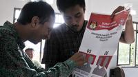 Pemilih pemula penyandang disabilitas mencoba mencoblos surat suara saat KPUD Bekasi menggelar sosialisasi Pemilu 2019 di SLB Al Gaffar Guchany, Bekasi, Rabu (20/2). (Merdeka.com/Iqbal Nugroho)