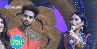 Zaskia Gotik membawakan lagu India saat tampil di Pesta Bollywood.