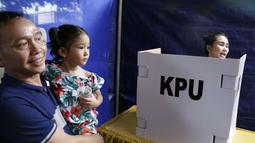 Bilqis Khumaira ikut ke TPS ditemani kakeknya ketika Ayu Ting Ting mencoblos  TPS (Kapanlagi.com/Agus)