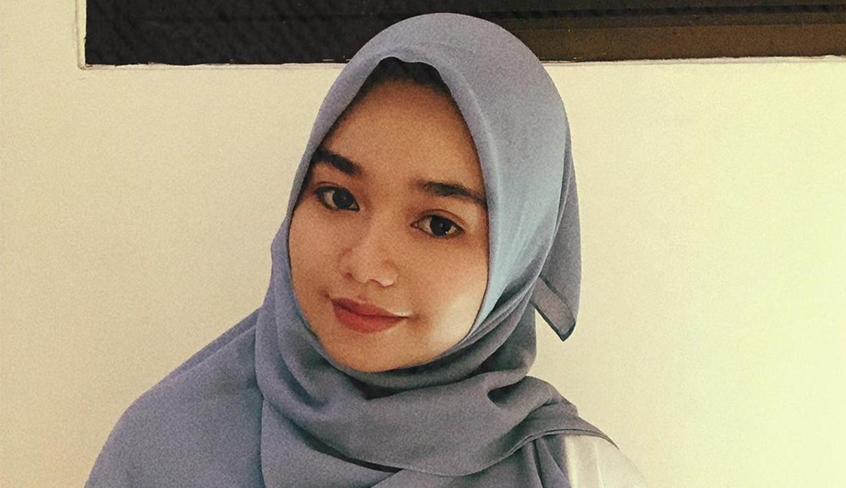 Penampilan pedangdut Aulia memang tak pernah mengecewakan. Aksinya di atas panggung selalu totalitas. Namun tak hanya cantik dengan kostum panggung, ia juga menawan dengan balutan hijab. (Liputan6.com/IG/@da4_aulia)