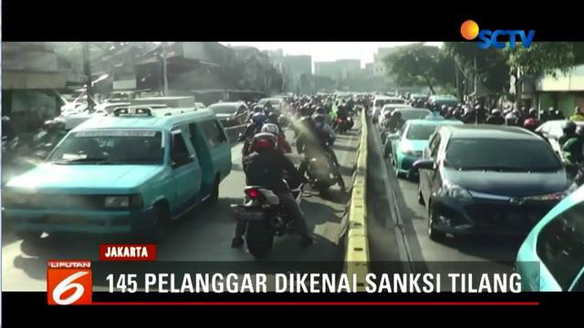 Sebanyak 145 pengendara terkena sanksi tilang karena melintas di jalur bus Transjakarta di kawasan Jatinegara, Jakarta Timur.