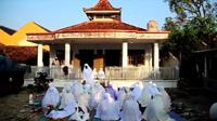 Ratusan warga dari Jemaah Assyahadatain Indramayu merayakan hari Idul Fitri hari ini Rabu (12/5/2021). (Liputan6.com/ Panji Prayitno)