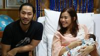 Saat ini kebahagiaan sedang meliputi Uki NOAH. Lantaran sang istri, Metha Yunatria baru saja melahirkan anak ketiga melalui persalinan caesar di RSIA Family di Pluit, Jakarta Utara pada Kamis (8/3/2018) malam. (Deki Prayoga/Bintang.com)