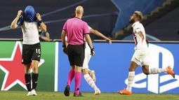 Pemain Atalanta, Marten de Roon, menutup wajahnya usai ditaklukkan Paris Saint-Germain (PSG) pada laga perempat final Liga Champions di Stadion Da Luz, Rabu (12/8/2020). PSG menang 2-1 atas Atalanta. (Rafael Marchante/Pool via AP)