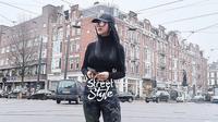Gaya traveling Syahrini pakai branded item. (Instagram/princessyahrini)