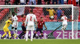 Masuk menit ke-12, Timnas Inggris berhasil memimpin lebih dulu. Umpan dari Jack Grealish mampu dituntaskan Raheem Sterling menjadi gol dengan sundulan. (Foto: AP/Pool/Justin Tallis)