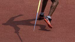 Bayangan Dinesh Priyantha peraih medali emas asal Srilanka di cabang para atletik nomor lempar lembing klasifikasi F46 pada Asian Para Games 2018, di SUGBK Jakarta, Kamis(11/10/2018).(Bola.com/Peksi Cahyo)