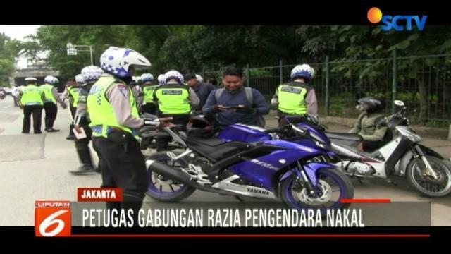 Petugas memfokuskan pada pengendara motor yang menggunakan headset saat berkendara, merokok serta menggunakan telepon genggam.