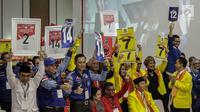 Pendukung peserta partai politik Gerindra, PDIP, Demokrat, dan Berkarya menunjukkan nomor parpol sambil yel-yel usai pengambilan nomor urut peserta pemilu 2019 di KPU, Jakarta, Minggu (18/2). (Liputan6.com/Faizal Fanani)