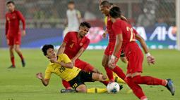 Gelandang Timnas Indonesia, Zulfiandi, menjatuhkan striker Malaysia, Muhammad Syafiq, pada laga Kualifikasi Piala Dunia 2022 di SUGBK, Jakarta, Kamis (5/9). Indonesia kalah 2-3 dari Malaysia. (Bola.com/Peksi Cahyo)