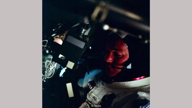 Michael Collins tengah memegang kamera (NASA)