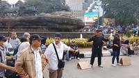 Ais, sapaan Faris sang kreator, mengaku niatan dari aksinya itu sederhana, hanya ingin menggugah rasa kemanusiaan dari hati para aksi massa yang berpusat di Jalan Medan Merdeka Barat.